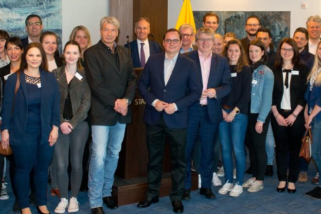 Oberbürgermeister Thomas Kufen (Mitte) begrüßt die neuen Verwaltungsfachwirte an ihrem 1. Arbeitstag in der 22. Etage des Essener Rathauses.
