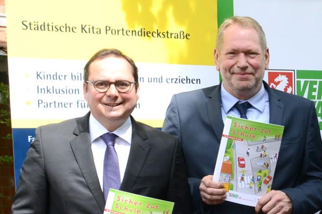 """Übergabe der Broschüre """" Sicher zur Schule """" an die Kinder der Portendieckstrasse"""