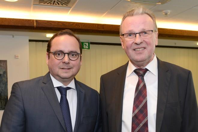 Oberbürgermeister Thomas Kufen verabschiedet Jürgen Marche, Leiter des Amt für Ratsangelegenheiten und Repräsentation , in den Ruhestand.