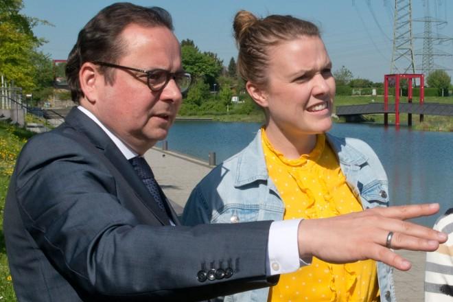 Oberbürgermeister Thomas Kufen am Ufer des Niederfeldsees in Altendorf mit Terry Reintke MdEP (2.v.l.) und Petra Thetard, Leiterin der Stabsstelle Internationale Beziehungen .