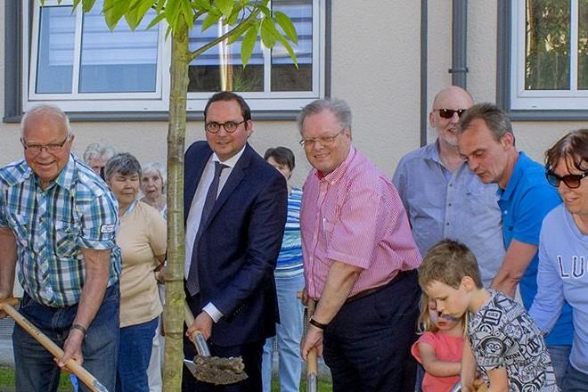 """Oberbürgermeister Thomas Kufen pflanzt den """"Baum des Jahres 2018"""" in Gerschede."""