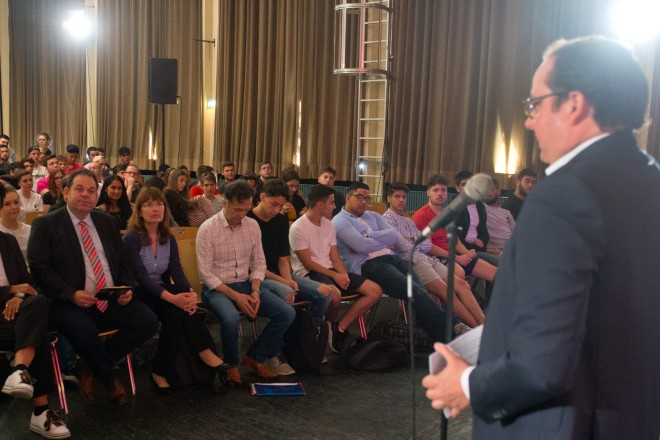 Oberbürgermeister Thomas Kufen spricht zu den Schülerinnen und Schülern der Frida-Levy-Gesamtschule.