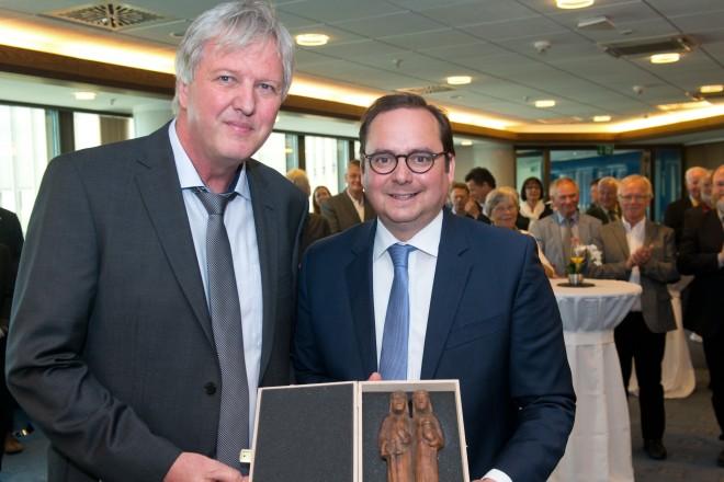 Oberbürgermeister Thomas Kufen( rechts) verabschiedet Hans-Joachim Augustin, Fachbereichsleiter Grün und Gruga in den Ruhestand.