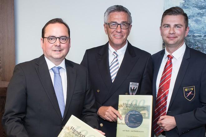 Oberbürgermeister Thomas Kufen (links) lud anl. der 100. Hügelregatta zu einem Abendempfang ins Essener Rathaus ein. DRV-Vorsitzende Siegfried Kaidel (Mitte) und Ruderpräsident Andrè Strötgen überreichen ihm das Jubiäumsbuch.