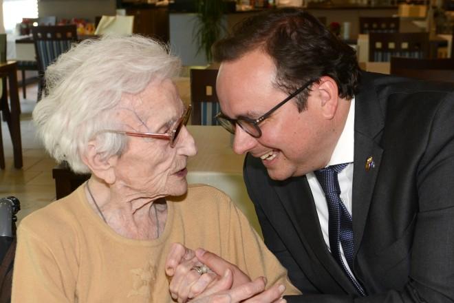 Oberbürgermeister Thomas Kufen gratuliert Elfriede Olejnik zum 108. Geburtstag