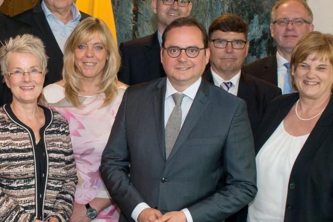 """Oberbürgermeister Thomas Kufen (1. Reihe, 3.v.r.) bei der Übergabe der Zertifikate """"Modulare Qualifizierung"""" im Essener Rathaus."""