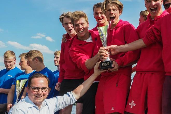 Siegerehrung aus Anlass des 47. Internationalen Deutschland Cup im Kanu- Polo Oberbürgermeister Thomas Kufen überreicht der siegreichen U21 von Raperswil aus der Schweiz den Pokal.
