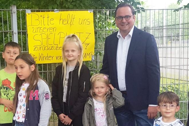 Oberbürgermeister Thomas Kufen mit den Kindern der Siedlung Lattenkamp.