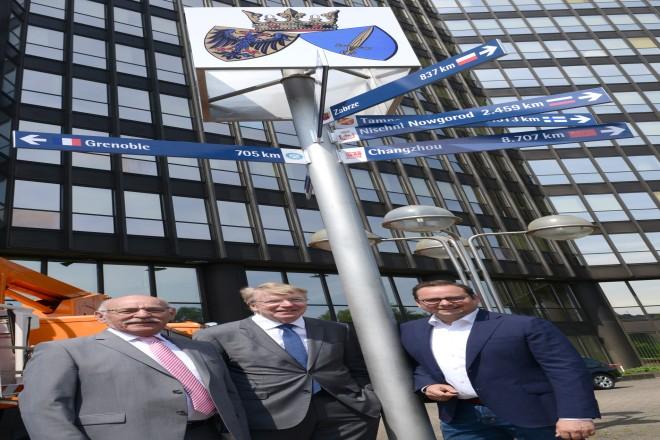 Aufstellen der Wegweiser zu den Essener Partnerstädten v.r.n.l : Oberbürgermeister Thomas Kufen, Bürgermeister Franz-Josef Britz und Bürgermeister Rudolf Jelinek