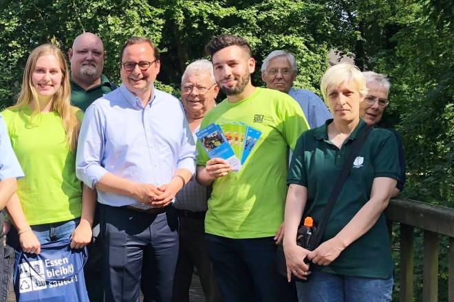 Oberbürgermeister Thomas Kufen begleitete Parkhüterinnen und Parkhüter sowie zwei Mitarbeiterinnen und Mitarbeiter des Ordnungsamtes bei ihrem Einsatz auf der Brehminsel in Werden.