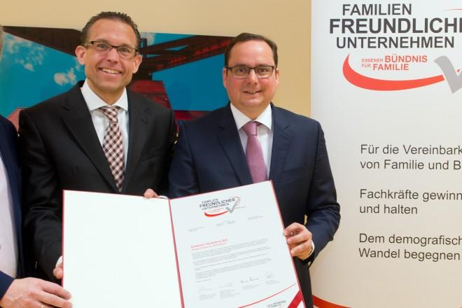 """Peter Prengel, Michael Feller und Oberbürgermeister Kufen halten das Zertifikat """"Familienfreundliches Unternehmen"""" der Ruhrbahn in den Händen."""