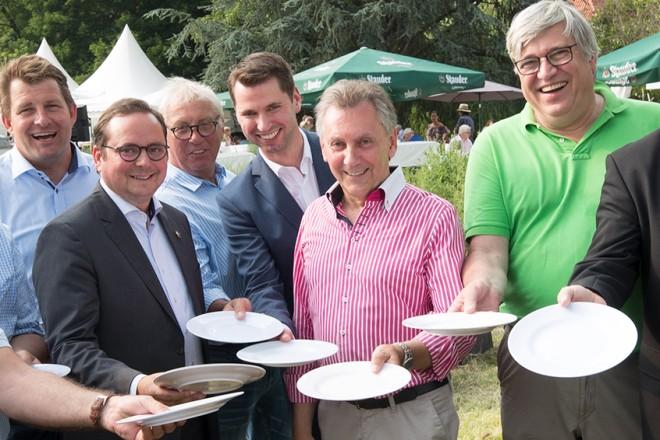 Oberbürgermeister Thomas Kufen (6.v.l.) eröffnet die 21. Musikalisch-Kulinarische Meile des Heimat- und Verkehrsverein Kettwig.
