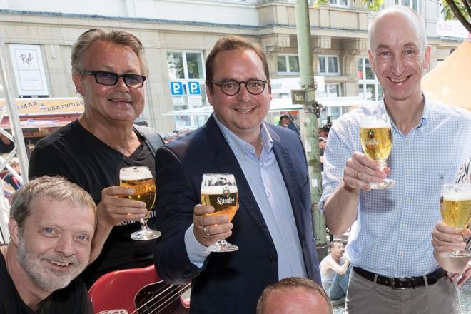 Oberbürgermeister Thomas Kufen (3.v.l.) eröffnet das 30. Rü-Fest. Neben ihm Thomas Stauder und Rolf Krane sowie die Mitglieder der Band Ruhrschnellweg.