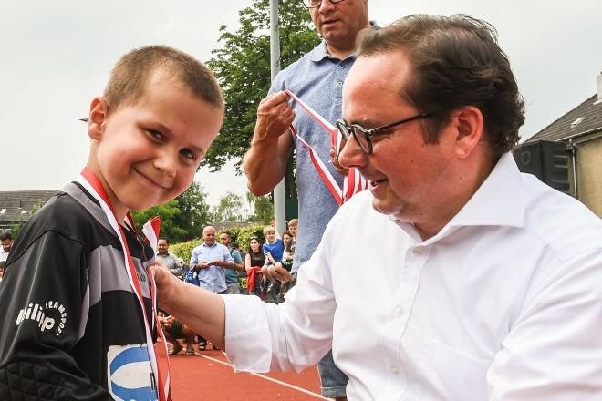 Siegerehrung bei der Turnier Woche des TUSEM Essen. Oberbürgermeister Thomas Kufen überreicht Torwart Lias die Medaille.