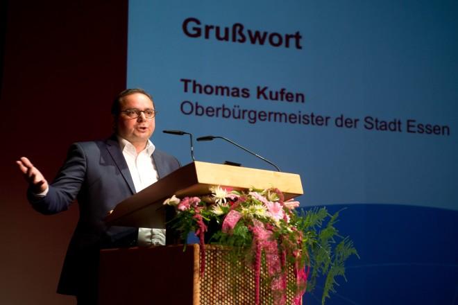 Oberbürgermeister Thomas Kufen richtet Grußworte an die Teilnehmerinnen und Teilnehmer der Ehrungsveranstaltung Sportabzeichen-Wettbewerbe 2017 und Sportabzeichen Erwerber 50-65 im GOP ESSEN.