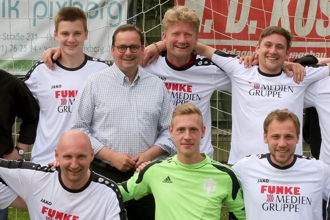 41. Deutsche Meisterschaften der Theater-Fußballmannschaften auf der Helmut- Rahn-Sportanlage. Oberbürgermeister Thomas Kufen mit der Essener Mannschaft.