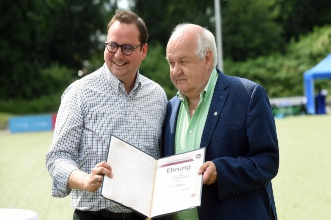 50 Jahre SG Schönebeck. Oberbürgermeister Thomas Kufen ehrt Willi Wißing für fünfzig Jahre Veinsmitgliedschaft.