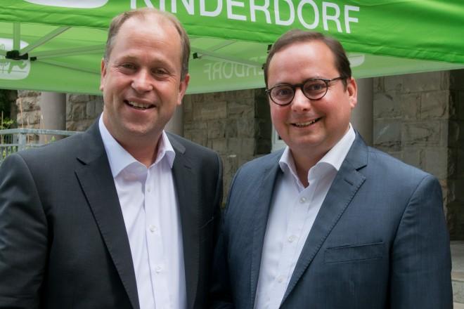 Dr. Joachim Stamp, Minister für Kinder, Familie, Flüchtlinge und Integration des Landes Nordrhein-Westfalen und Oberbürgermeister Thomas Kufen (rechts).