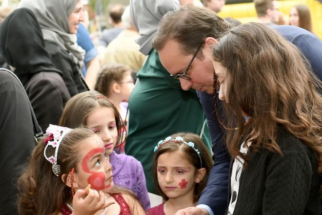 Oberbürgermeister Thomas Kufen besucht das Sommerfest am Christuskirchplatz in Altendorf