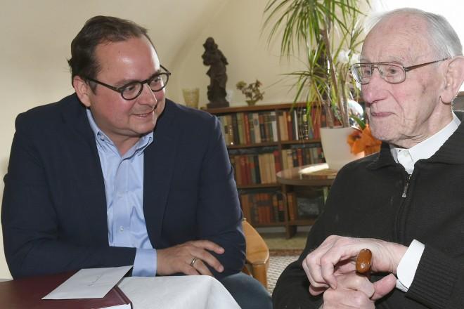 Oberbürgermeister Thomas Kufen gratuliert Heinrich Homann zum 107. Geburtstag