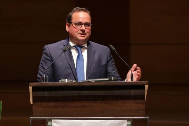 Oberbürgermeister Thomas Kufen spricht Grußworte bei der Absolventenfeier der FOM