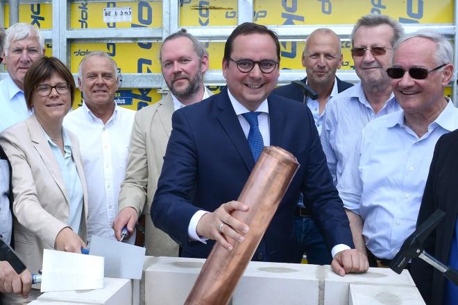 Oberbürgermeister Thomas Kufen legt im Beisein des Bauausschusses, der Dezernten, des Architekten und des Schulleiters den Grundstein zum Neubau der Gustav-Heinemann- Gesamtschule.