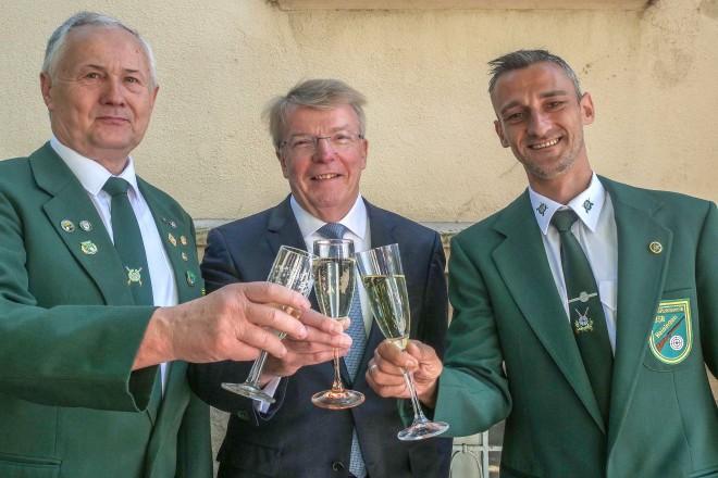 Bürgermeister Franz-Josef Britz besucht die Jubiläumsfeier 60 Jahre Schützenverein Essen- Heisingen. Auf dem Foto: Detlef Zechser (1.Vors.), Franz-Josef Britz und Michael Röser (2. Vors.)