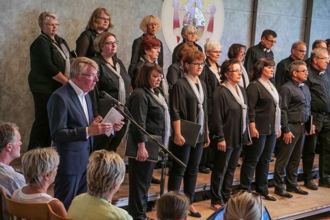 Bürgermeister Franz-Josef Britz besucht das Konzert aus Anlass des 20jährigen Jubiläums des Ehemaligenchores des Essen-Steeler Kinderchores e.V.