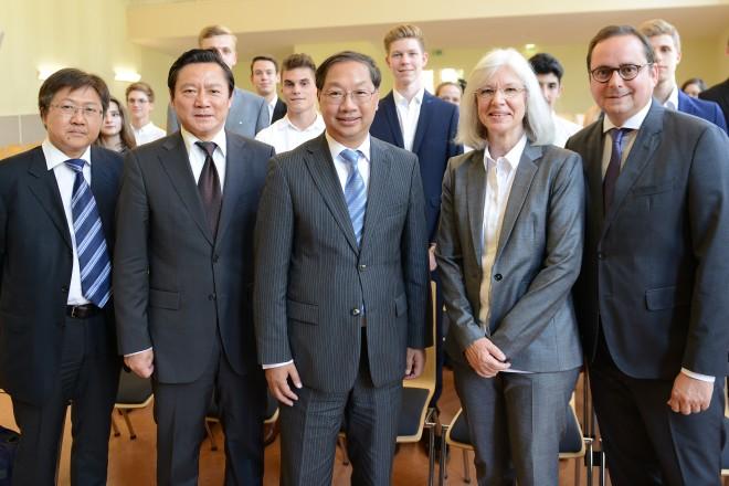 Oberbürgermeister Thomas Kufen ( r ) begrüßt S.E, den chinesischen Botschafter Shi Mingde( Mitte ), im Burggymnasium