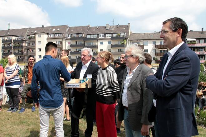 Gemeinsam mit Jugendamt und JobCenter Essen, Agentur für Arbeit und zahlreichen Besuchern verabschiedete die JBH ihre erfolgreichen Jugendlichen und läutete die großen Ferien ein. Fotos: Müller/JBH