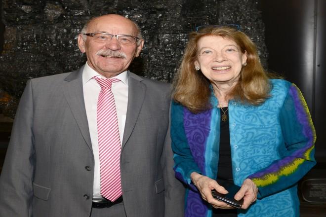 Bürgermeister Rudolf Jelinek begrüßt Ms Mendel