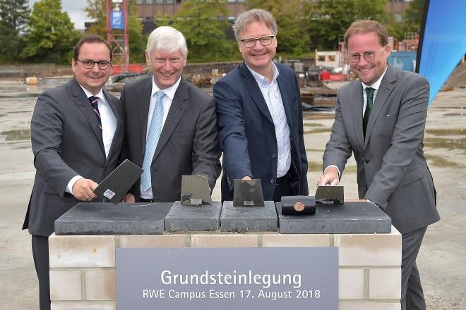 Thomas Kufen, Oberbürgermeister der Stadt Essen, Rolf Martin Schmitz, CEO RWE AG, Rolf Müller, Vorstand Lang & Cie. Rhein-Ruhr Real Estate, und Jan-Hendrik Goldbeck, Geschäftsführer Goldbeck, legten gemeinsam den Grundstein für den neuen RWE-Campus.
