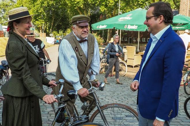 Zeche Carl, Velocipediade. Oberbürgermeister Thomas Kufen im Gespräch mit Silke und Hans-Jürgen Hofmann.