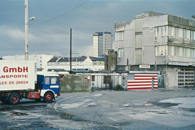 Rheinischer Platz mit Lagerhalle und Transporter. Im Hintergrund das Essener Rathaus (um 1980).