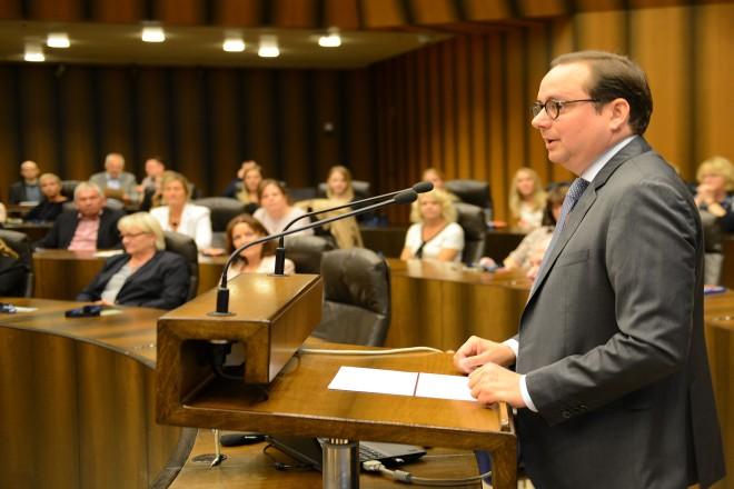 """Oberbürgermeister Thomas Kufen begrüßt die Teilnehmer der Mitarbeiterveranstaltung """" Tag der Digitalisierung """" Im Ratsaal"""