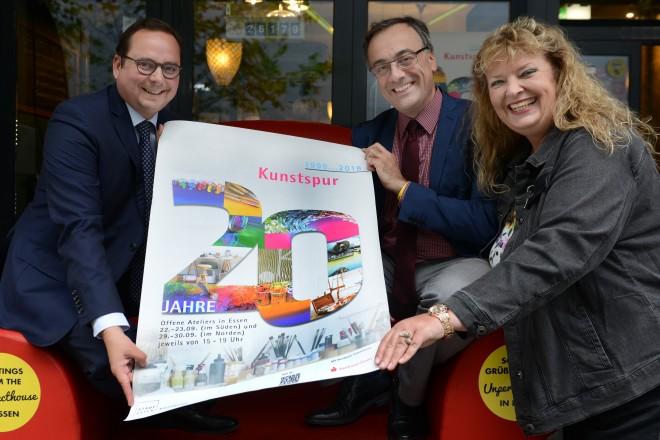 Eröffnung der Kunstspur v.l.n.r : Oberbürgermeister Thomas Kufen, Kulturdezernent Muchtar Al Ghusain und Ilselore Müther vom Kulturbüro