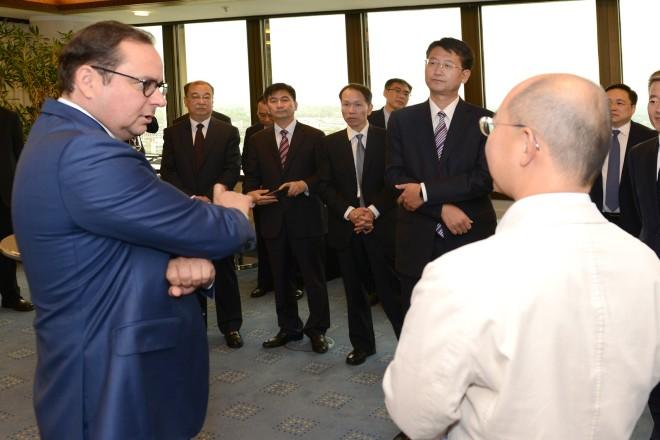 Oberbürgermeister Thomas Kufen empfängt eine chinesische Delegation