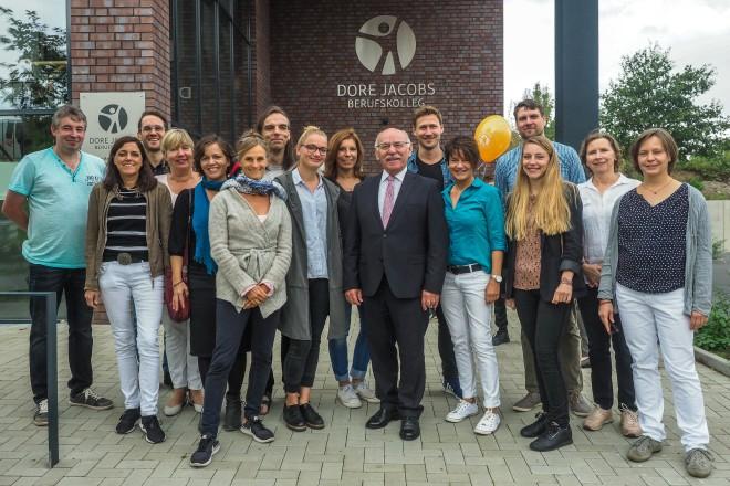 Einweihung des Neubaus des Dore Jacobs Berufskollegs. Bürgermeister Rudolf Jelinek mit dem Lehrerkollegium