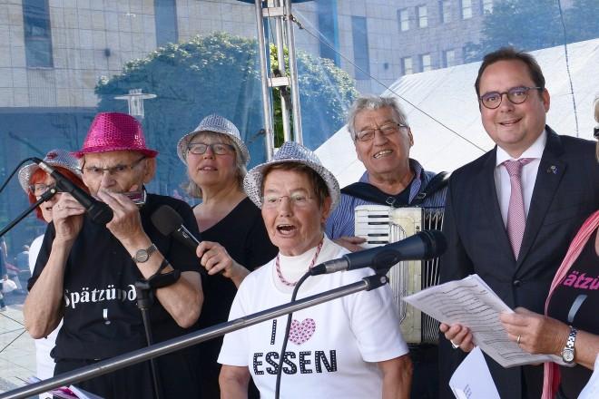 Oberbürgermeister Thomas Kufen eröffnet den Tag der älteren Generation auf dem Kennedyplatz
