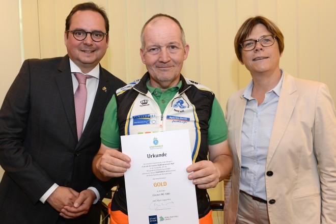 Team mit den meisten Radkilometern pro Kopf in der Teamgröße M GOLD an das Team RG 1900 Oberbürgermeister Thomas Kufen und Umweltdezernentin Simone Raskob ehren den Vertreter des Teams
