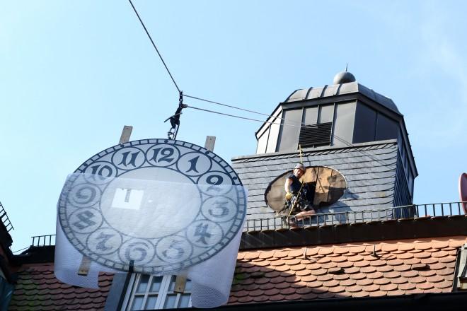 Montage der Heisinger Rathausuhr nach Restaurierung