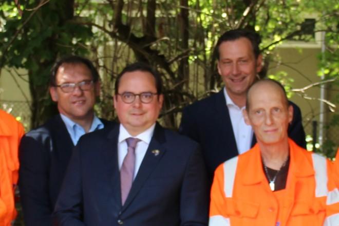 Oberbürgermeister Thomas Kufen sowie die EBE-Geschäftsführer Uwe Unterseher-Herold und Stephan Tschentscher begleiten einen Einsatz der MILA-Projektteilnehmer in Essen-Borbeck