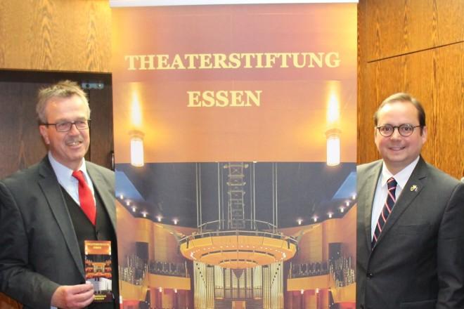 Oberbürgermeister Thomas Kufen und Vertreterinnen und Vertreter des Essener Theaterring e.V. bei der Vorstellung der neuen Theaterstiftung Essen.