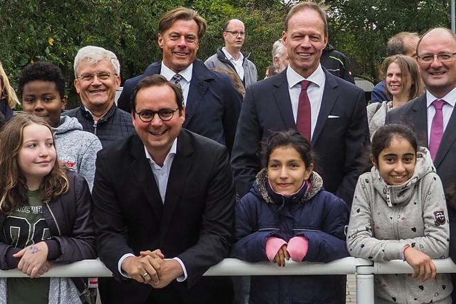 Die Ampelanlage an der Altendorfer Straße/ Schölerpad wurde zur Verbesserung der Sicherheit baulich verlegt. Darüber freuen sich Oberbürgermeister Thomas Kufen und die Schülerinnen und Schüler der Gesamtschule Bockmühle.