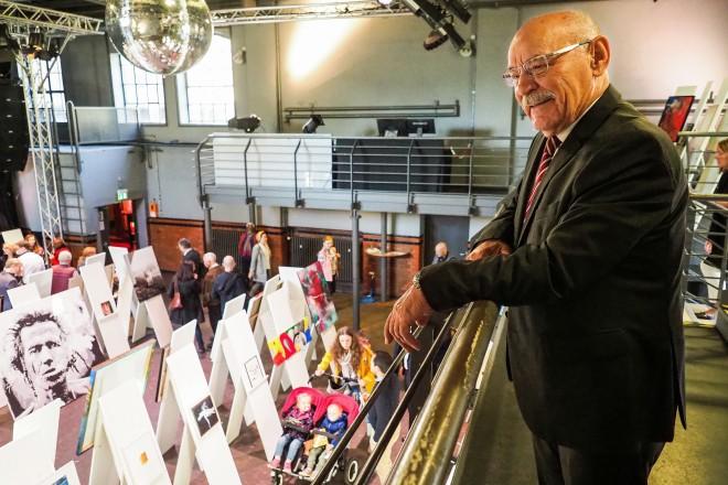 Bürgermeister Rudolf Jelinek begutachtet die Kunstwerke, die versteigert wurden