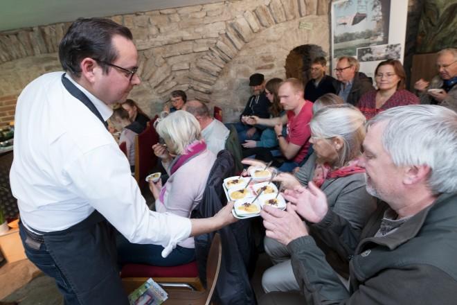 Oberbürgermeister Thomas Kufen serviert seine Vanille-Creme mit Fair-Frucht-Topping
