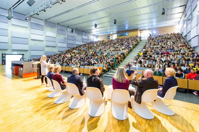 Bürgermeister Rudolf Jelinek bei einer Podiumsdiskussion zur Begrüßung der Erstsemester-Studierenden der Universität Duisburg-Essen