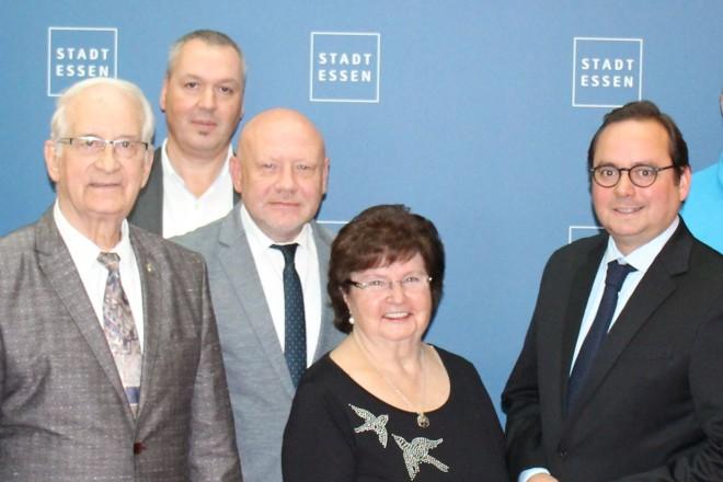 Oberbürgermeister Thomas Kufen (4. von rechts) mit Vertretern des Vertretungsausschusses Hindenburg OS