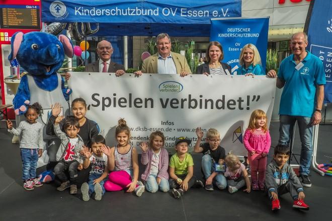 Foto: Bürgermeister Rudolf Jelinek und Professor Ulrich Spie eröffnen das Spielfest in der Rathaus-Galerie.