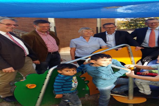 Der Lions-Clus Kettwig spendete der Kita Barthel-Bruyn-Straße für deren neu gestalteten Außenbereich ein Spielgerät für Kleinkinder.